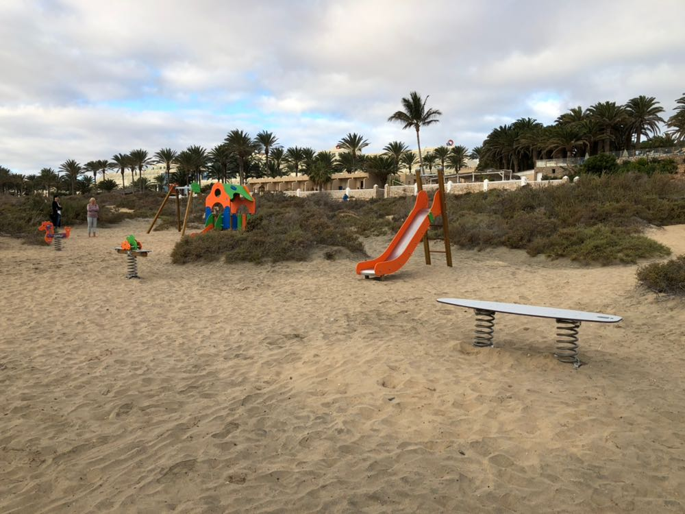 La playa de Costa Calma estrena equipamiento de gimnasia al aire libre y un parque infantil