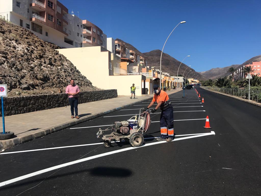 El Ayuntamiento asfalta y reordena la señalización viaria en Morro Jable para habilitar 300 nuevos aparcamientos