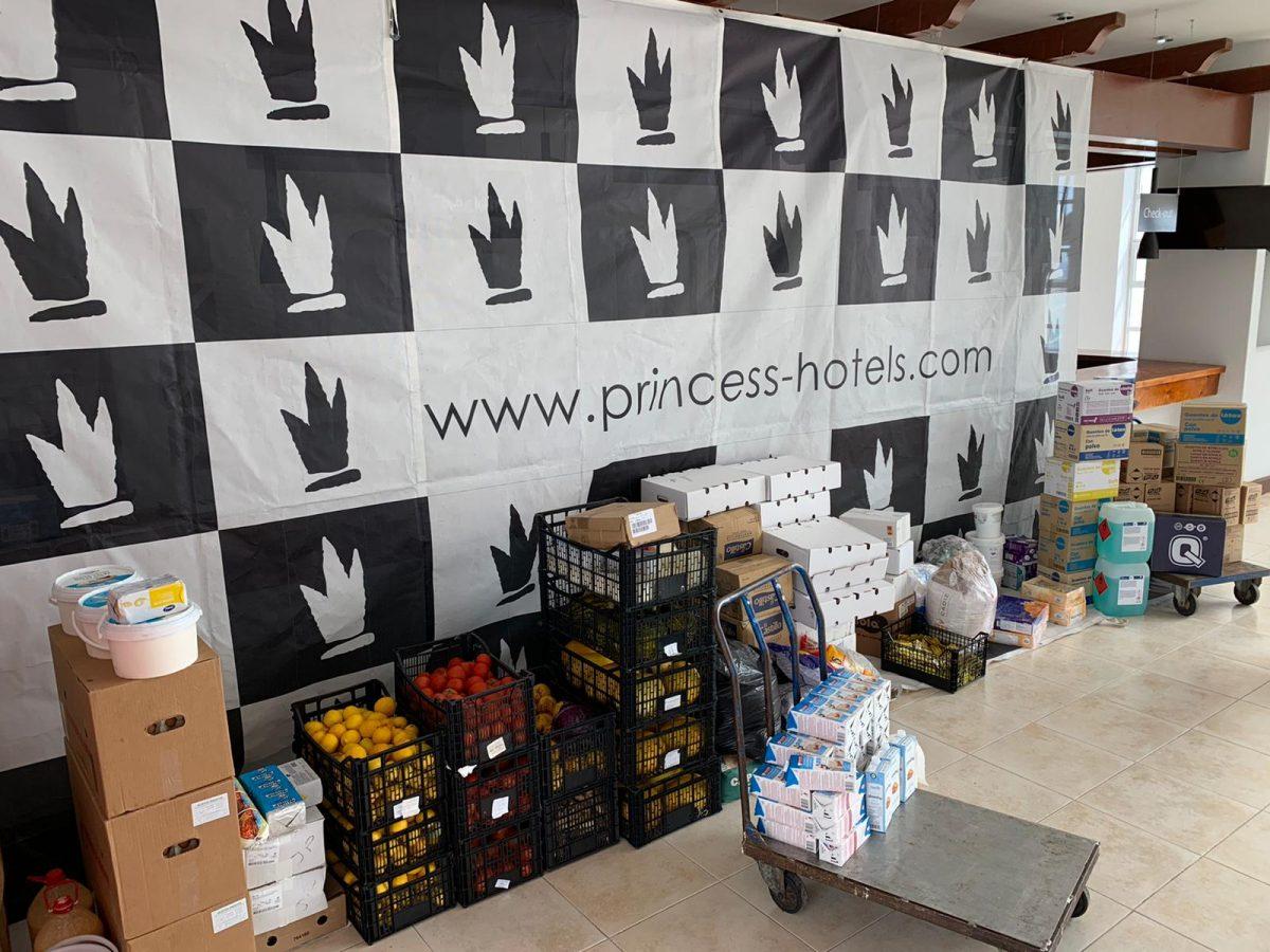 Pájara distribuye entre las familias más vulnerables alimentos donados por los hoteleros del municipio