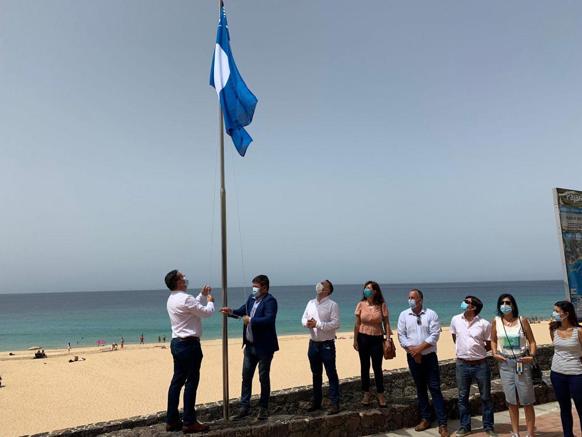 Izado de las cuatro banderas azules en las playas del municipio de Pájara
