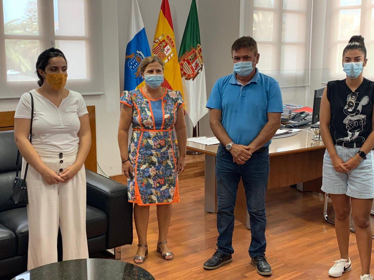 Los estudiantes en prácticas del Ayuntamiento de Pájara reciben la visita de la consejera de Educación del Cabildo