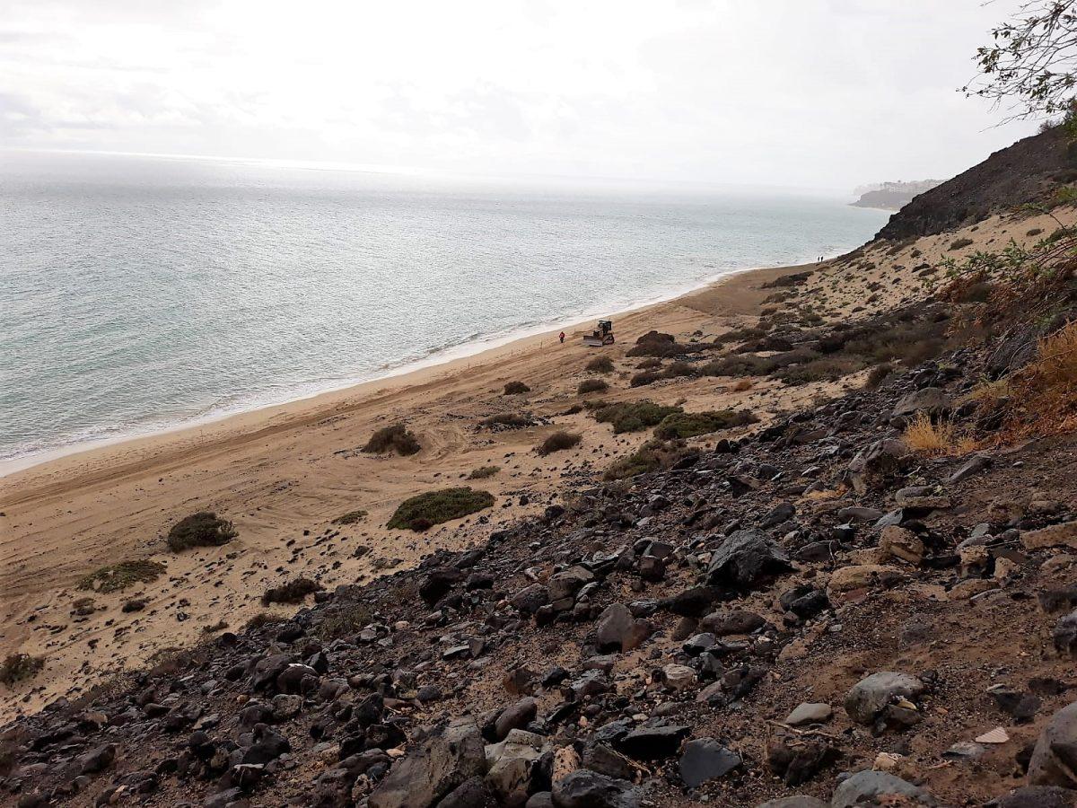 Pájara retira nuevamente monolitos y estructuras de piedra de la playa de Esquinzo