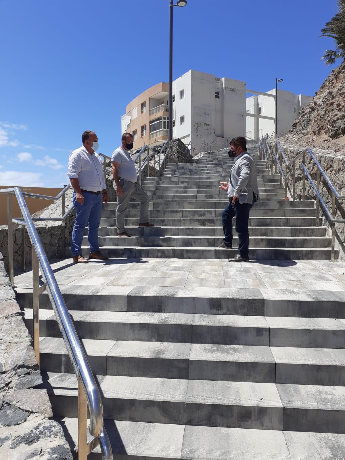 Pájara construye una escalera para mejorar la accesibilidad en el Barranco del Ciervo