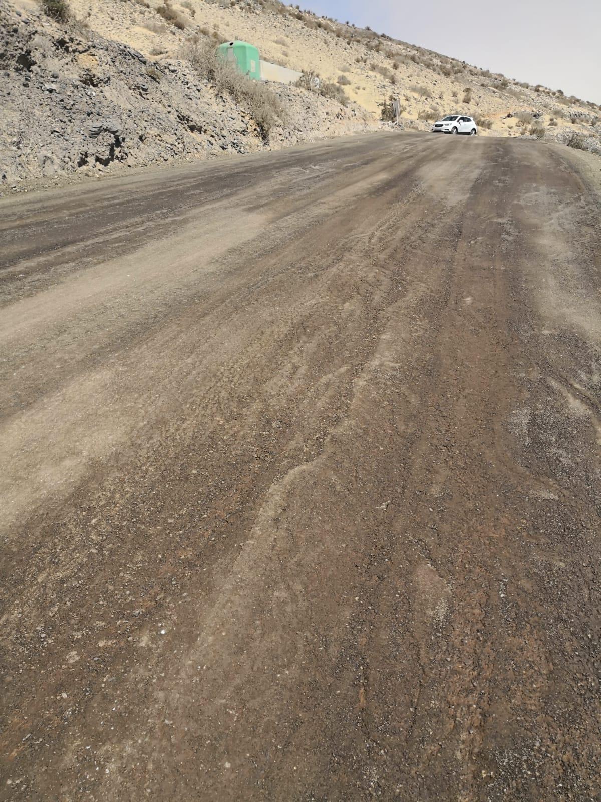 El Ayuntamiento de Pájara lleva a cabo el mantenimiento y recebe de la carretera de acceso a la urbanización Playa Paraíso