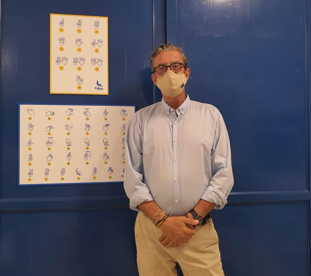 Pájara fomenta la inclusión con la instalación de vinilos de lengua de signos en centros educativos del municipio