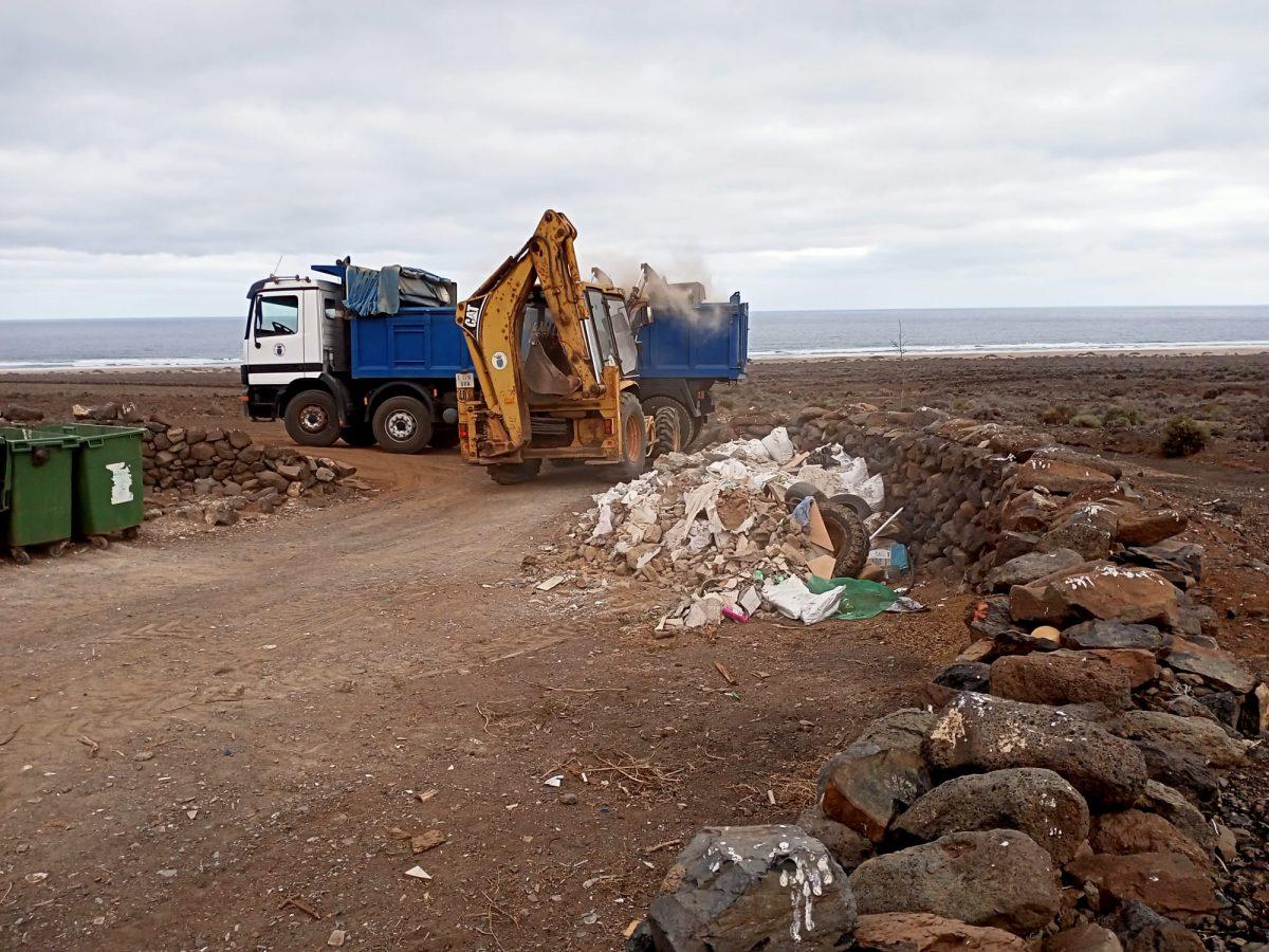 El Ayuntamiento de Pájara lleva a cabo la limpieza de los puntos de recogida de basura de Cofete y Punta Jandía
